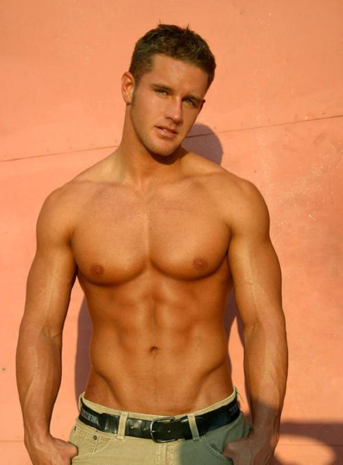 Homens lindos para começar a semana. Quem não gosta?